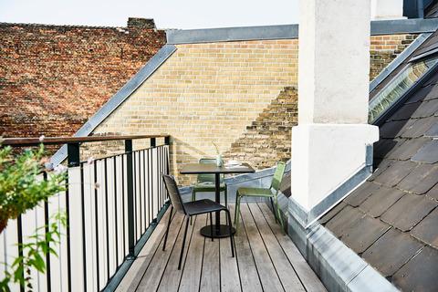 Градински стол изработен от прахово-покрит алуминий, способен да издържи на всякакви метеорологични условия. Може да се използва навън както самостоятелно, така и като част останалите мебели, дело на дизайнерите на Cane-line. Седалката и облегалката са перфорирани за максимална пропускливост в случай на обилно намокряне с вода.