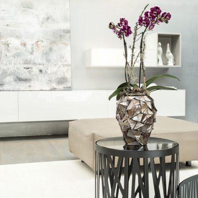 Дизайнерска ваза за орхидеи с морски черупки от navun.bg