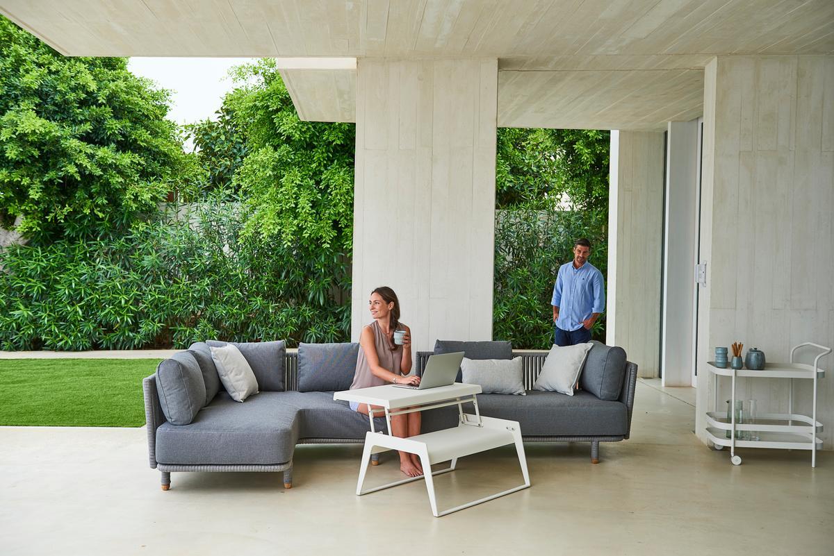 Градински диван Moments по дизайн на датското студио Foersom & Hiort-Lorenzen MDD. Изключително удобен и елегантен, което го прави подходящ за всякакъв тип екстериорни решения. Диванът е десен модул, което заедно с останалите дивани от колекцията, позволява гъвкавост и възможност за разнообразни композиции.